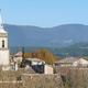 circuit GPS de rando, Parcours nature entre garrigue et pinèdes – La Roque-d'Anthéron  : Vue sur les toits de La Roque-d'Anthéron et le Luberon © Gathea - Wikipédia